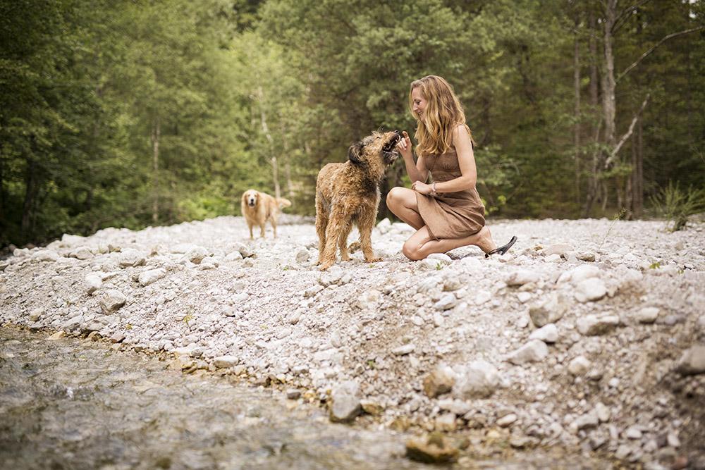 Foto von Stefanie Sommer mit ihren Hunden.