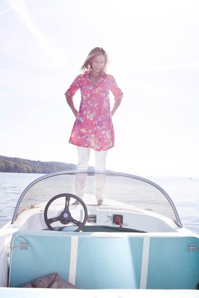 Foto von Carin C. Tietze auf einem Elektroboot auf dem Starnberger See.